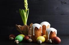 Κέικ και αυγά Πάσχας ζωής Πάσχας ακόμα σε ένα σκοτεινό, ξύλινο υπόβαθρο Ε στοκ φωτογραφίες