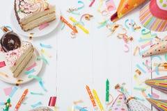 Κέικ και διακόσμηση γενεθλίων στο άσπρο ξύλινο υπόβαθρο στοκ εικόνες