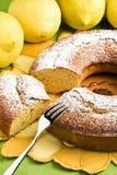 Κέικ και λεμόνια τροφίμων αγγέλου Στοκ εικόνα με δικαίωμα ελεύθερης χρήσης