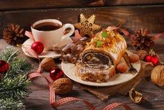 Κέικ και καφές σπόρου παπαρουνών για τα Χριστούγεννα στον ξύλινο πίνακα Στοκ φωτογραφίες με δικαίωμα ελεύθερης χρήσης