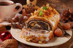 Κέικ και καφές σπόρου παπαρουνών για τα Χριστούγεννα στον ξύλινο πίνακα Στοκ Φωτογραφία