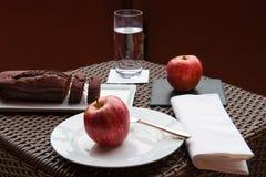 Κέικ και μήλο σοκολάτας Στοκ Εικόνες