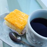 Κέικ και μαύρος καφές Στοκ Εικόνες