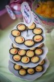 Κέικ και πρόχειρα φαγητά στοκ εικόνες