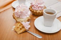 Κέικ και τσάι κρέμας Στοκ φωτογραφία με δικαίωμα ελεύθερης χρήσης