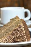 Κέικ και τσάι ξύλων καρυδιάς καφέ Στοκ Φωτογραφίες