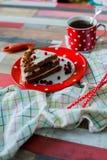 Κέικ και τσάι σε ένα σημείο Πόλκα δοχείων Στοκ φωτογραφία με δικαίωμα ελεύθερης χρήσης