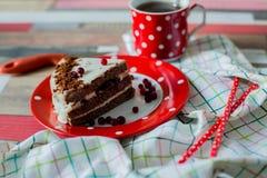 Κέικ και τσάι σε ένα σημείο Πόλκα δοχείων Στοκ Φωτογραφίες
