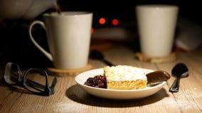 Κέικ και τσάι στο υπόβαθρο με τα φω'τα απόθεμα βίντεο