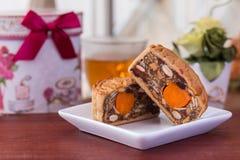 Κέικ και τσάι φεγγαριών - κινεζικά παραδοσιακά κέικ φεγγαριών στο άσπρο plat Στοκ εικόνες με δικαίωμα ελεύθερης χρήσης