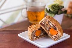 Κέικ και τσάι φεγγαριών - κινεζικά παραδοσιακά κέικ φεγγαριών στο άσπρο plat Στοκ φωτογραφία με δικαίωμα ελεύθερης χρήσης