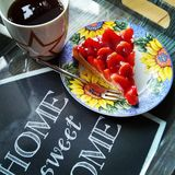 Κέικ και τσάι φραουλών στοκ φωτογραφίες