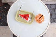 Κέικ και τσάι φραουλών Στοκ φωτογραφία με δικαίωμα ελεύθερης χρήσης