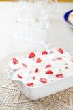 Κέικ και φράουλες κρέμας Στοκ Εικόνα
