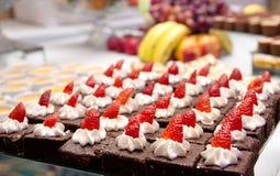 Κέικ και φράουλες σοκολάτας Στοκ Εικόνες