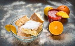 Κέικ και χυμός σε έναν πίνακα στοκ φωτογραφία