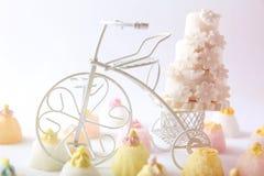 Κέικ και cupcakes στο εκλεκτής ποιότητας άσπρο ποδήλατο Στοκ φωτογραφία με δικαίωμα ελεύθερης χρήσης