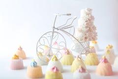Κέικ και cupcakes στο εκλεκτής ποιότητας άσπρο ποδήλατο Στοκ φωτογραφίες με δικαίωμα ελεύθερης χρήσης