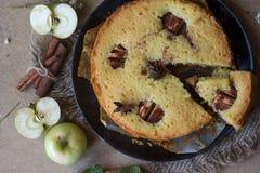 Κέικ κανέλας της Apple, ραβδιά κανέλας, μήλα στον πίνακα στοκ εικόνα