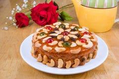 Κέικ καρπών με το καρύδι μιγμάτων και ξηρός - καρπός στοκ εικόνες με δικαίωμα ελεύθερης χρήσης