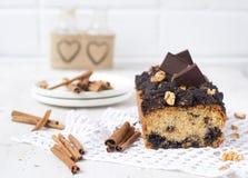 Κέικ καρυδιών και σοκολάτας με την κανέλα Στοκ εικόνα με δικαίωμα ελεύθερης χρήσης