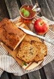 Κέικ καρυδιών της Apple και φλυτζάνι του τσαγιού Στοκ φωτογραφίες με δικαίωμα ελεύθερης χρήσης