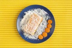 Κέικ καρότων και καρύδων στην κίτρινη επιφάνεια Στοκ φωτογραφία με δικαίωμα ελεύθερης χρήσης