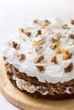 Κέικ καρότων και ξύλων καρυδιάς με τη zesty πορτοκαλιά τήξη στοκ εικόνα