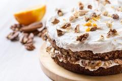 Κέικ καρότων και ξύλων καρυδιάς με τη zesty πορτοκαλιά τήξη στοκ εικόνες