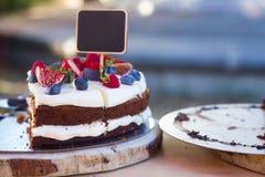 Κέικ καρότων με τα μούρα Στοκ Εικόνα