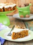 Κέικ καρότων με τα ξύλα καρυδιάς και την κρέμα Στοκ φωτογραφία με δικαίωμα ελεύθερης χρήσης