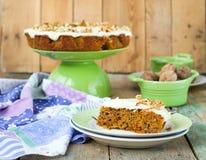 Κέικ καρότων με τα ξύλα καρυδιάς και την κρέμα Στοκ Εικόνα