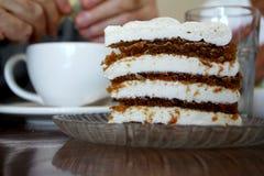 Κέικ καρότων με το παχύ πάγωμα τυριών κρέμας Στοκ Εικόνες