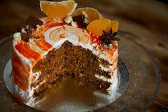 Κέικ καρότων Φωτεινό, juicy και ασυνήθιστο κέικ Juicy και απίστευτα nutty στρώμα Α του κέικ σφουγγαριών καραμέλας επιτυχώς Στοκ φωτογραφίες με δικαίωμα ελεύθερης χρήσης