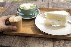 Κέικ καρύδων και καυτό πράσινο τσάι matcha latte και καφές Στοκ φωτογραφία με δικαίωμα ελεύθερης χρήσης