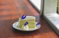 Κέικ καρύδων στο ξύλινο, άσπρο πιάτο στοκ φωτογραφίες με δικαίωμα ελεύθερης χρήσης
