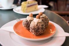 Κέικ καρύδων στο πορτοκαλί πιάτο στο κατάστημα ζύμης στοκ εικόνα με δικαίωμα ελεύθερης χρήσης