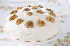Κέικ καφέ και ξύλων καρυδιάς με την κτυπημένη κρέμα Στοκ Εικόνα