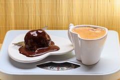 Κέικ καφέ και σοκολάτας στο ζυγό Στοκ φωτογραφία με δικαίωμα ελεύθερης χρήσης