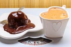Κέικ καφέ και σοκολάτας στο ζυγό Στοκ εικόνες με δικαίωμα ελεύθερης χρήσης