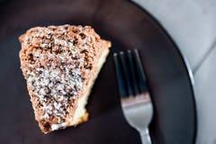 Κέικ καφέ σε ένα πιάτο στοκ εικόνες με δικαίωμα ελεύθερης χρήσης