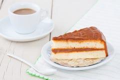 Κέικ καφέ στο άσπρο πιάτο στον ξύλινο πίνακα με τον καφέ Στοκ φωτογραφίες με δικαίωμα ελεύθερης χρήσης