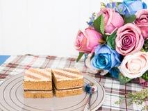 Κέικ καφέ στο γκρίζο πιάτο στοκ φωτογραφία με δικαίωμα ελεύθερης χρήσης