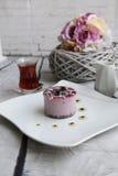 Κέικ κερασιών με το τουρκικό τσάι Στοκ φωτογραφίες με δικαίωμα ελεύθερης χρήσης