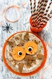 Κέικ κουκουβαγιών Επιδόρπιο αποκριών ή γιορτών γενεθλίων, εύγευστη κρέμα γ Στοκ φωτογραφία με δικαίωμα ελεύθερης χρήσης