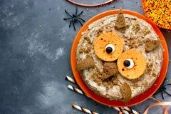 Κέικ κουκουβαγιών Επιδόρπιο αποκριών ή γιορτών γενεθλίων, εύγευστη κρέμα γ Στοκ εικόνες με δικαίωμα ελεύθερης χρήσης