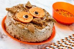 Κέικ κουκουβαγιών - επιδόρπιο αποκριών ή γιορτών γενεθλίων, εύγευστη κρέμα Στοκ φωτογραφία με δικαίωμα ελεύθερης χρήσης