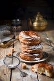 Κέικ κρέμας με την κρέμα στάρπης και την κονιοποιημένη ζάχαρη Στοκ Φωτογραφία
