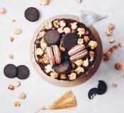 Κέικ κόμματος με macaroons και Popcorn, έννοια γενεθλίων Η τοπ άποψη, επίπεδη βάζει Στοκ Εικόνα