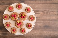 Κέικ λάβας σοκολάτας με τα φρέσκα σμέουρα και τα φύλλα μεντών, στο porcelan πιάτο Στοκ Φωτογραφία